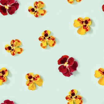 Padrão sem emenda com flores de flor natural heartsease em botões de papel verde-claro de flores amor-perfeito