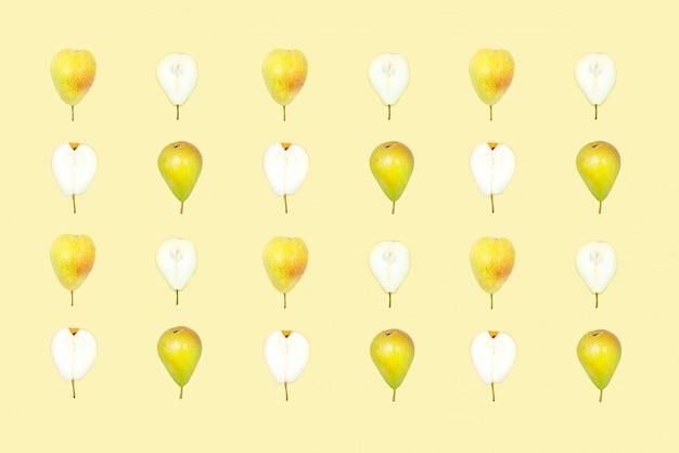 Padrão sem emenda com peras. peras maduras deliciosas no fundo amarelo.