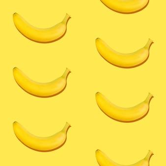 Padrão sem emenda de bananas maduras frescas em fundo amarelo