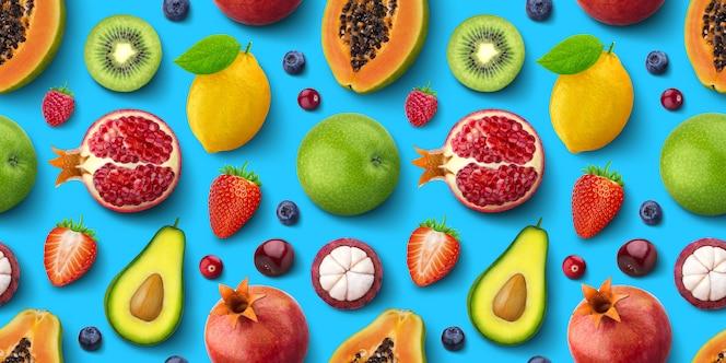Padrão sem emenda de diferentes frutas e bagas, lay plana, vista superior, textura tropical e exótica