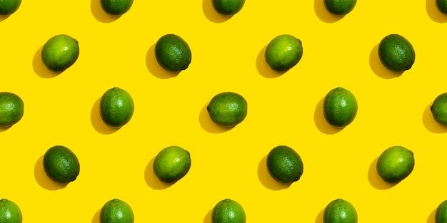 Padrão sem emenda de limas em um fundo amarelo.