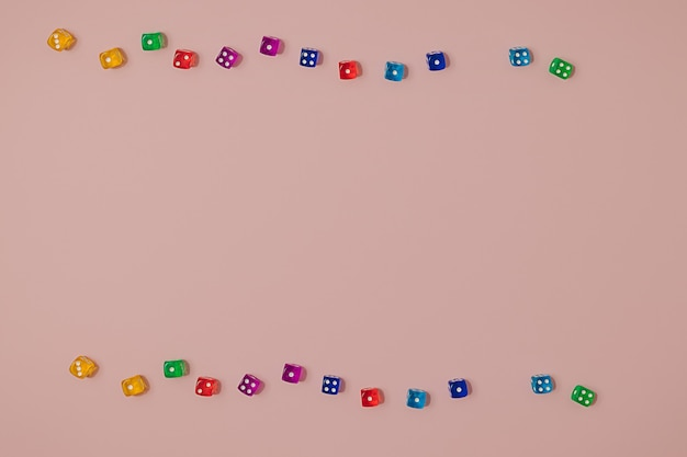 Padrão sem emenda moderno feito com diferentes cores vibrantes joga dados em um fundo rosa pastel. chance de sorte e cenário de jogo de azar. Foto Premium