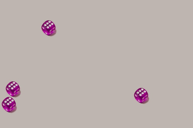 Padrão sem emenda moderno feito com quatro dados de jogo roxos sobre um fundo cinza pastel. chance de sorte e cenário de jogo de azar.