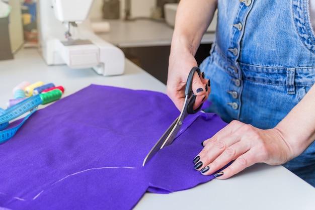Padrão, tesoura, fita métrica e uma máquina de costura.