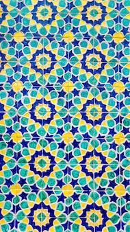 Padrão tradicional de uzbeque colorido na telha cerâmica na parede da mesquita, fundo