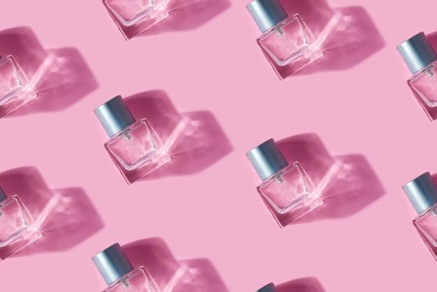 Padrão uniforme de garrafas de vidro com perfume de ingredientes naturais