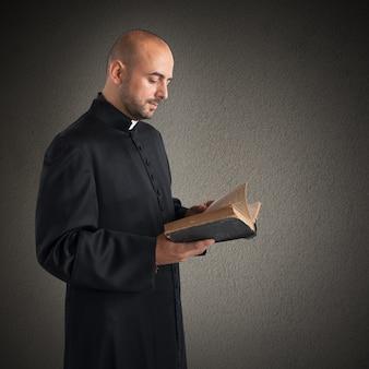Padre homem lê o texto sagrado da bíblia