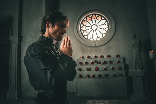 Padre lendo e orando na igreja
