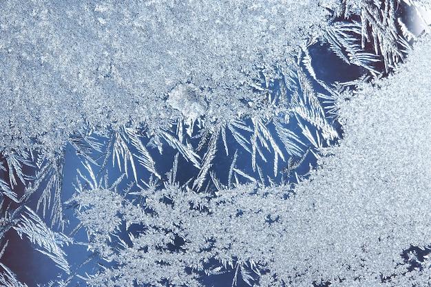 Padrões de geada na janela, fundo de geada. padrão de gelo no vidro da janela de inverno
