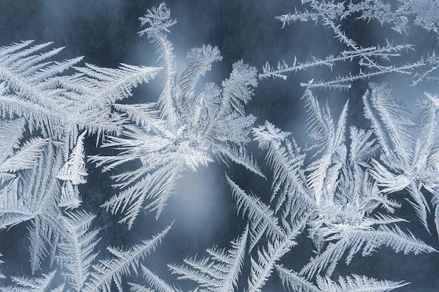 Padrões de gelados no close up de vidro da janela. inverno