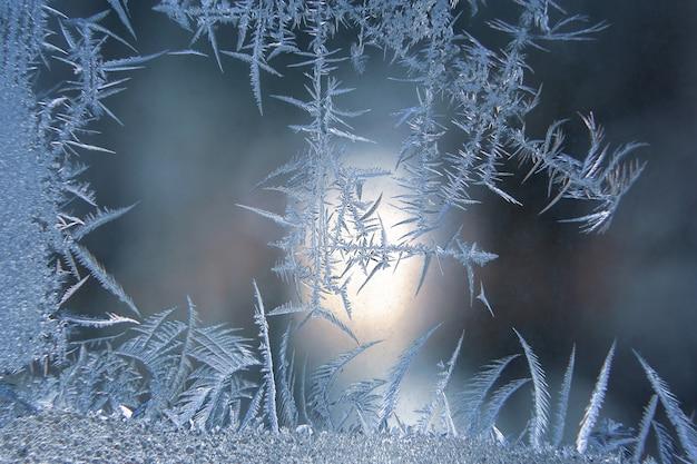 Padrões de gelados no close up de vidro da janela. texturas naturais e fundos