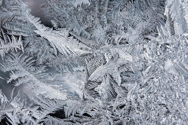 Padrões de gelo de inverno na janela. fundo natural e textura