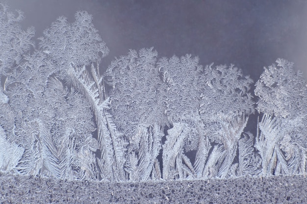 Padrões de gelo em uma janela de inverno