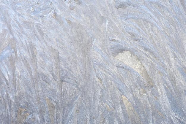 Padrões de gelo na janela congelada. inverno