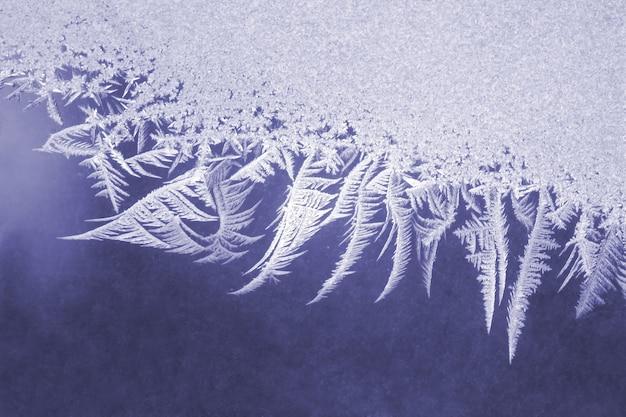 Padrões de gelo na janela congelada