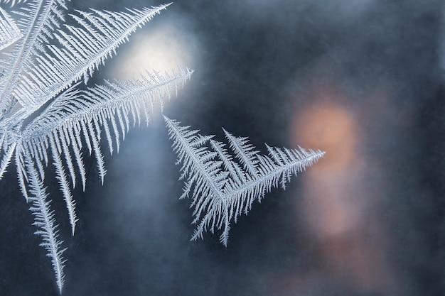 Padrões gelados na janela no inverno. fundo natural e textura