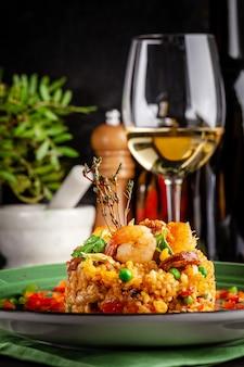 Paella com camarão.