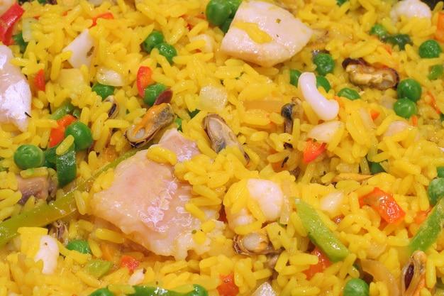 Paella com peixe e carne