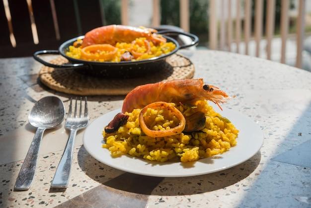 Paella comida típica espanhola em fundo de granito