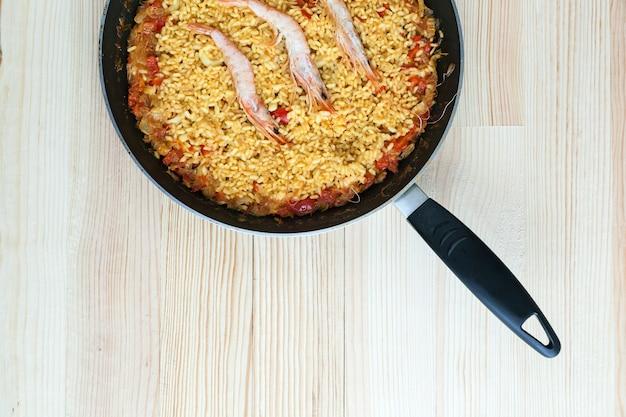 Paella de arroz com camarão e frutos do mar