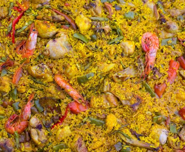 Paella de arroz espanhola misturada com carne e frutos do mar