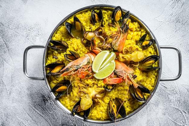 Paella de frutos do mar com camarões e mexilhões