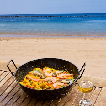 Paella de frutos do mar no café à beira-mar