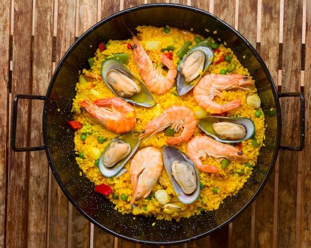Paella de frutos do mar - prato espanhol tradicional