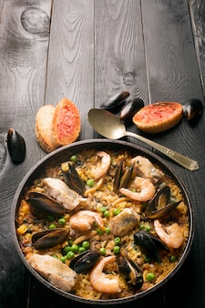 Paella de frutos do mar tradicional na panela
