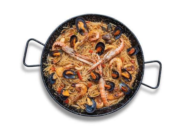 Paella de massa de frutos do mar, culinária espanhola isolada em fundo branco, vista de cima
