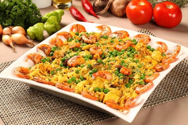 Paella de prato espanhol com frutos do mar, camarões, lulas, arroz, açafrão, jantar tradicional saboroso