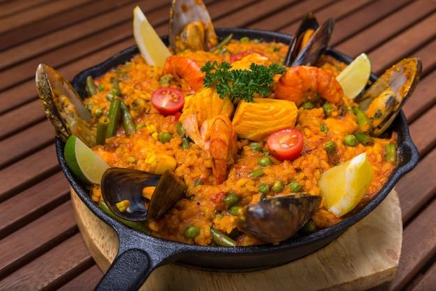 Paella do mediterrâneo com frutos do mar na frigideira