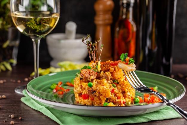 Paella espanhola com camarão