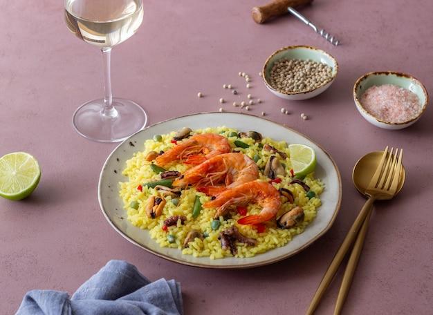 Paella espanhola com frutos do mar, camarão e legumes. alimentação saudável. cozinha espanhola.