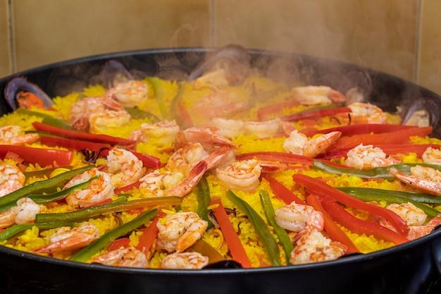 Paella espanhola de frutos do mar com mexilhões.