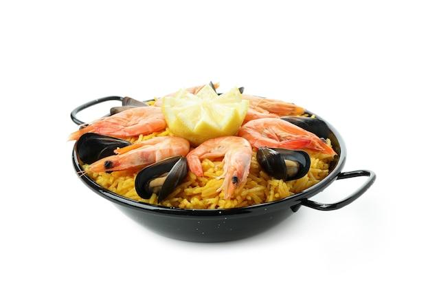 Paella espanhola deliciosa isolada em fundo branco