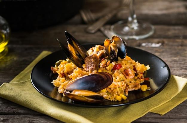 Paella espanhola típica de frutos do mar. comida espanhola.