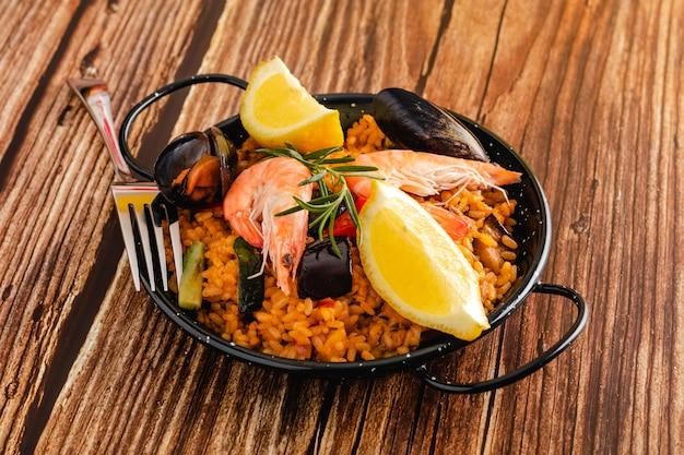 Paella espanhola tradicional com frutos do mar
