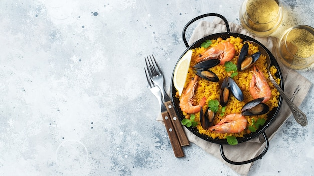 Paella espanhola tradicional de frutos do mar na panela.