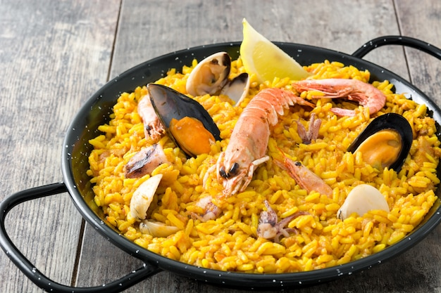 Paella espanhola tradicional de frutos do mar