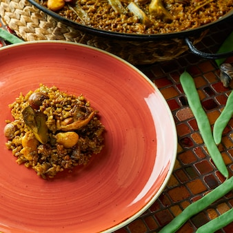 Paella valenciana com frango e coelho