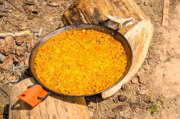 Paella valenciana confeccionada em brasas de madeira e vegetais, permitindo que esfrie antes de comer