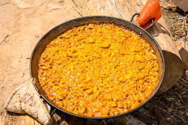 Paella valenciana feita em brasas de madeira e vegetais