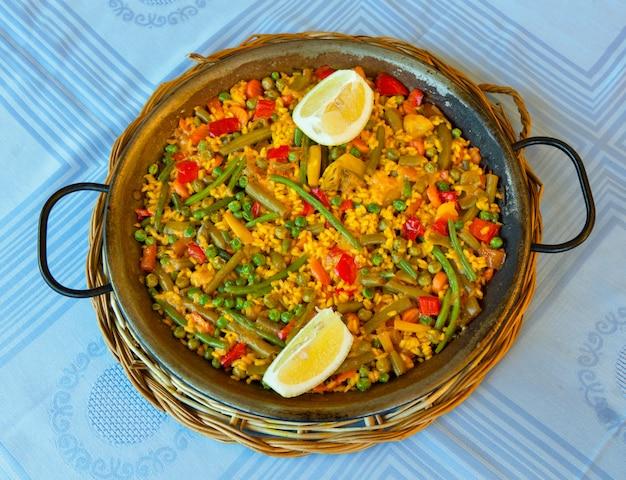 Paella vegan com arroz e alguns legumes.