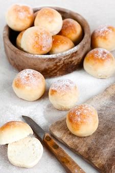 Pães caseiros redondos frescos