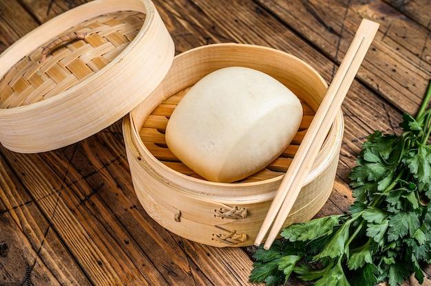 Pães chineses no vapor no tradicional vapor de bambu.