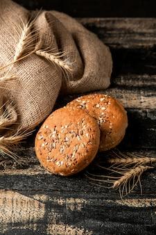 Pães com sementes e trigo na mesa