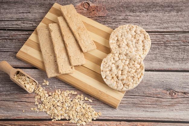 Pães cracker dietéticos e grãos de aveia