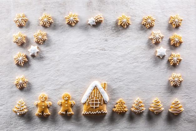 Pães de gengibre caseiros dispostos em uma atmosfera natalina de conto de fadas - copie o espaço.