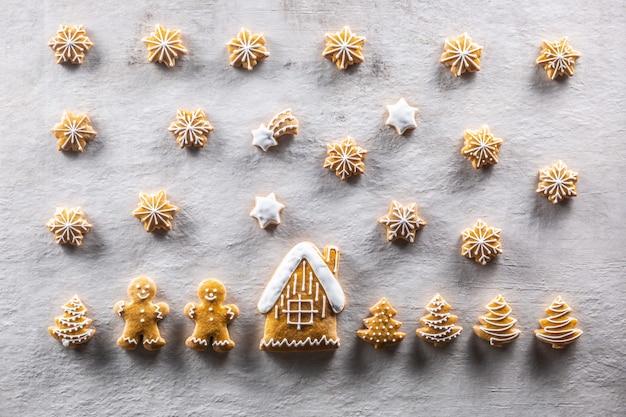 Pães de gengibre caseiros dispostos em uma atmosfera natalina de conto de fadas.